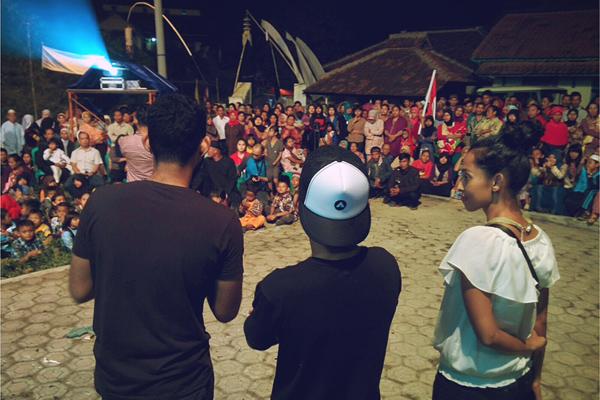 Aufa, Bebeto dan Shafira bercerita tentang Cahaya dari Timur beberapa menit sebelum film tersebut diputar..
